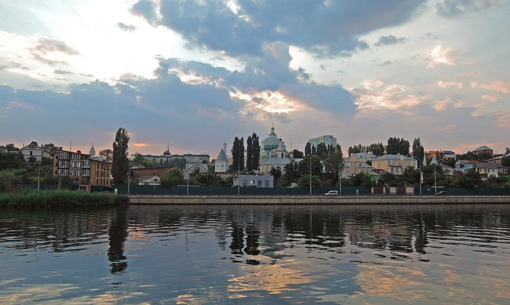 Вид с водохранилища на Алексиево-Акатов монастырь. Центральный район